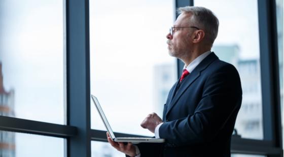 prezes zarządu z laptopem